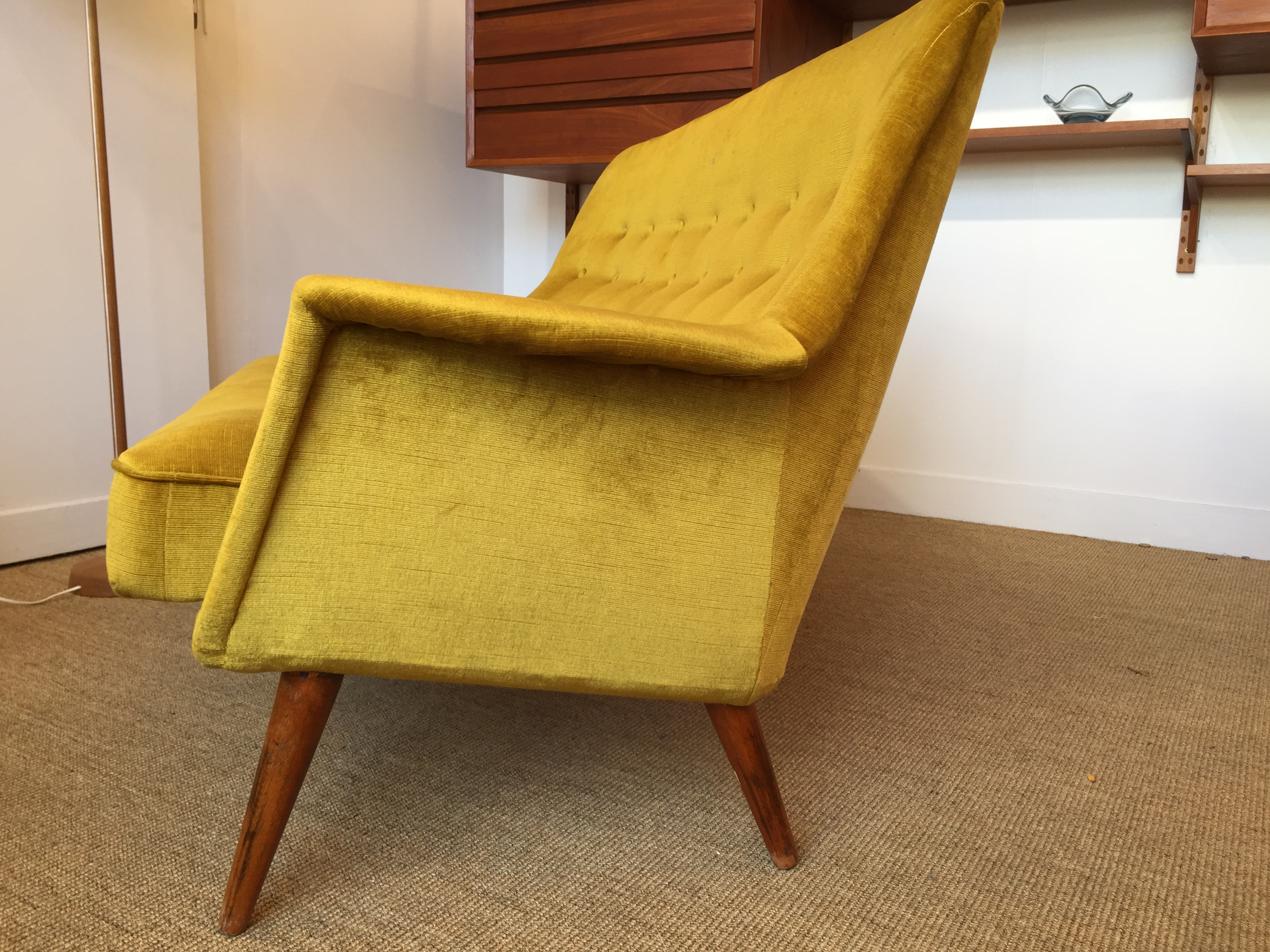 Canap velours velours moutarde danemark 50 s for Canape quotes