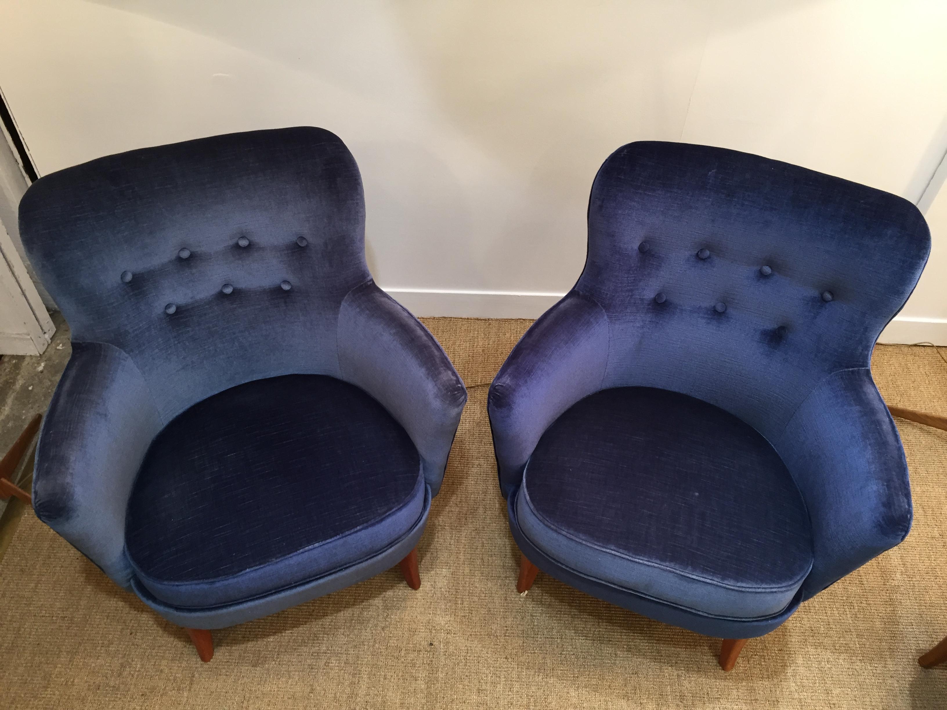 Paire de fauteuils en velours bleu nuit – Su¨de 50 s
